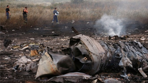 Emergencies Ministry members walk at the site of a Malaysia Airlines Boeing 777 plane crash, MH17, near the settlement of Grabovo in the Donetsk region, July 17, 2014. The Malaysian airliner Flight MH-17 was brought down over eastern Ukraine on Thursday, killing all 295 people aboard and sharply raising the stakes in a conflict between Kiev and pro-Moscow rebels in which Russia and the West back opposing sides.    REUTERS/Maxim Zmeyev (UKRAINE - Tags: TRANSPORT DISASTER POLITICS CIVIL UNREST) - RTR3Z3QS